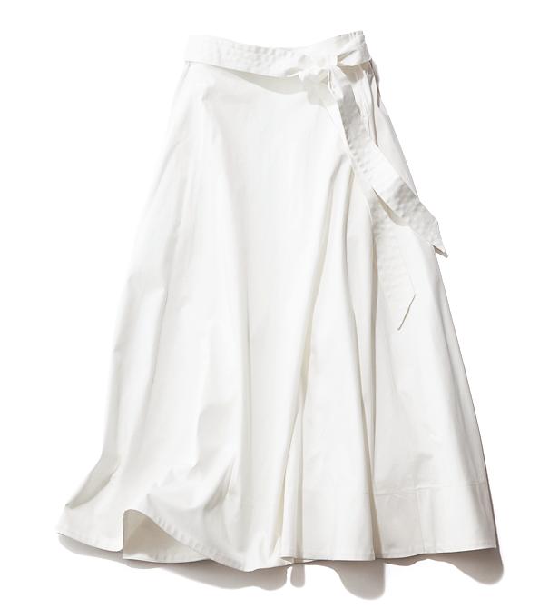 今の主流、共布ベルト付きのハイウエストタイプ。スカート¥7,800(ブリスポイント/アダストリア)
