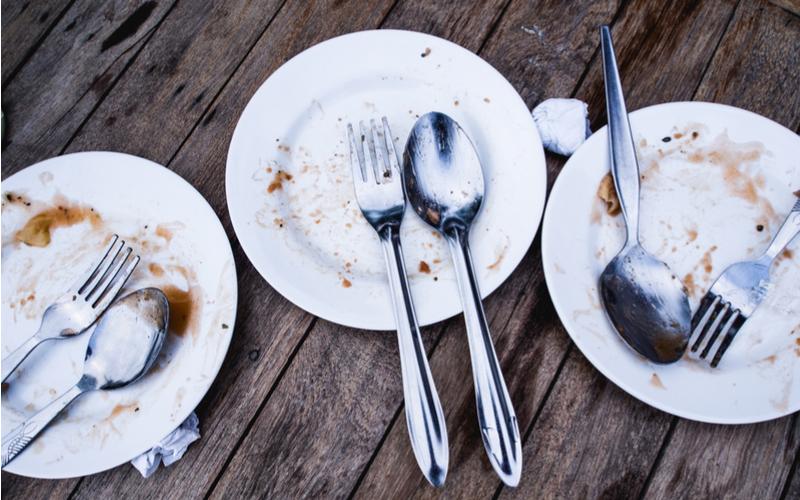 (8)使ったお皿はサイドテーブルの上にまとめておく
