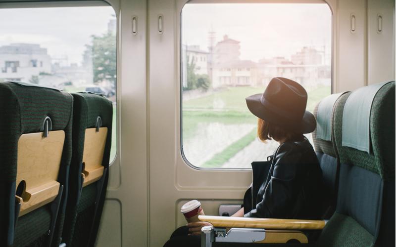 「ゲッ…何してるの!?」イラッとされる女性の電車マナー4つ