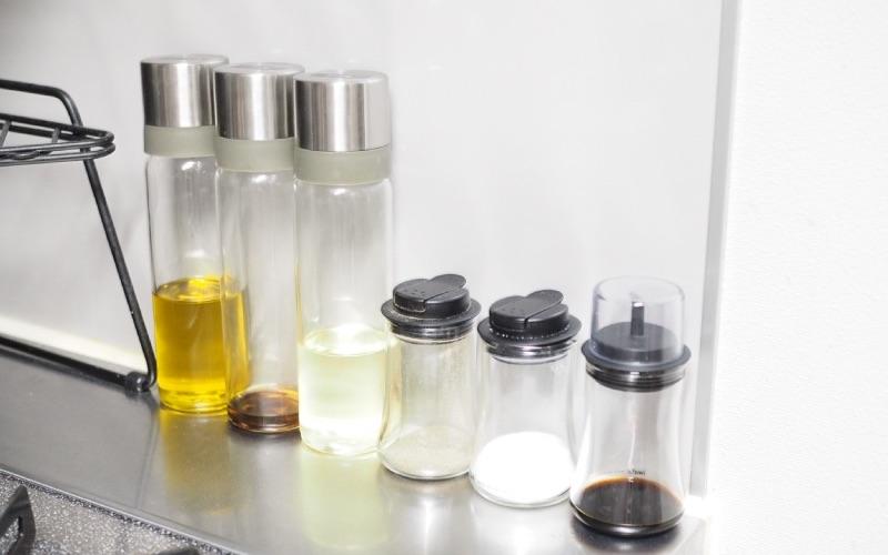 ■コンロ周りの調味料はガラス製の容器に詰め替える
