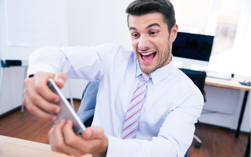 3.チャット機能のあるオンラインゲームにハマっている男性
