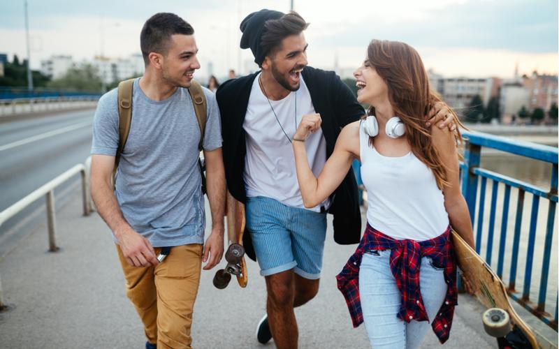 「お前の彼女かわいいな♡」彼氏の男友達に好かれやすい女性の特徴2つ