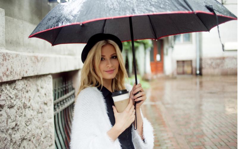 「そんなことしてたんだ!?」全方位モテ女性が雨の日にやってるモテ仕草♡