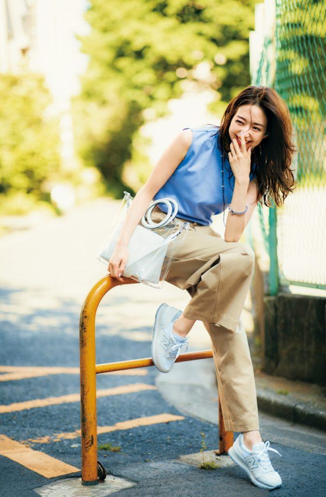 【今日の服装】ブルートップスと白スニーカーで見た目も涼し気!夏の外回りコーデ【アラサー女子】