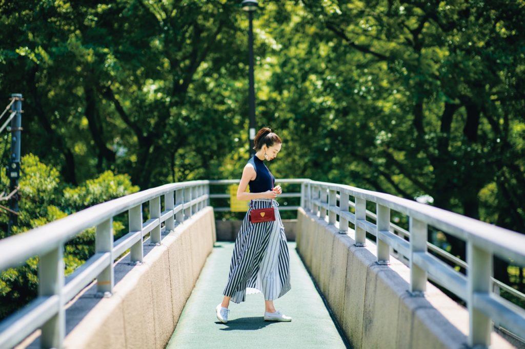 【今日の服装】印象的なフレアスカートの足元は白スニーカーでこなれ感を【アラサー女子】